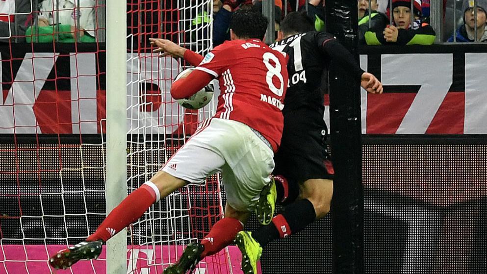 Handspiel von Martinez gegen Volland (Quelle: Bild.de)