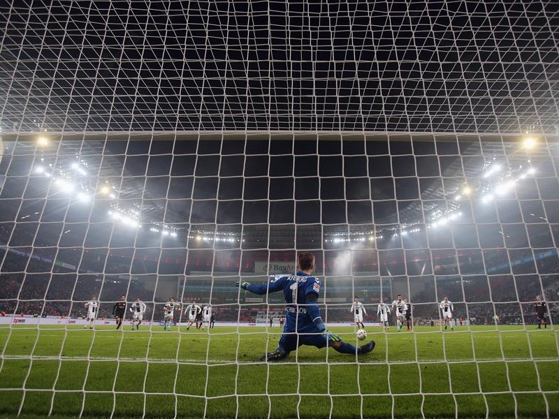 Schwolow pariert gegen Bayer (Quelle: Kicker.de)